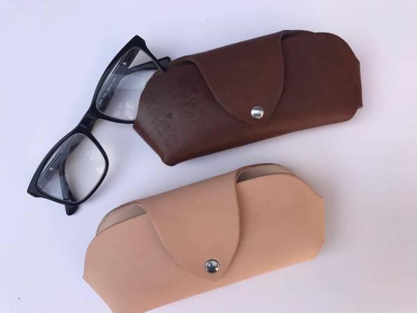 Brillen - Etui aus Vollleder, braun oder natur, mit Druckknopf-Verschluß